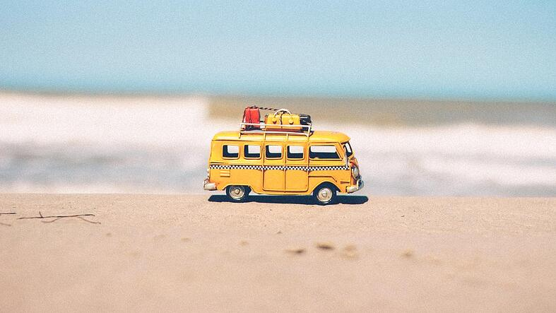 keltainen matkailuauto hiekkarannalla