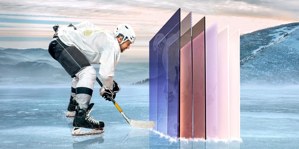 Polykarbonaatti levyjä ja jääkienkonpelaaja jäällä